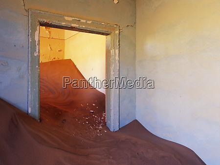 verlassenes haus gefuellt mit treibendem sand
