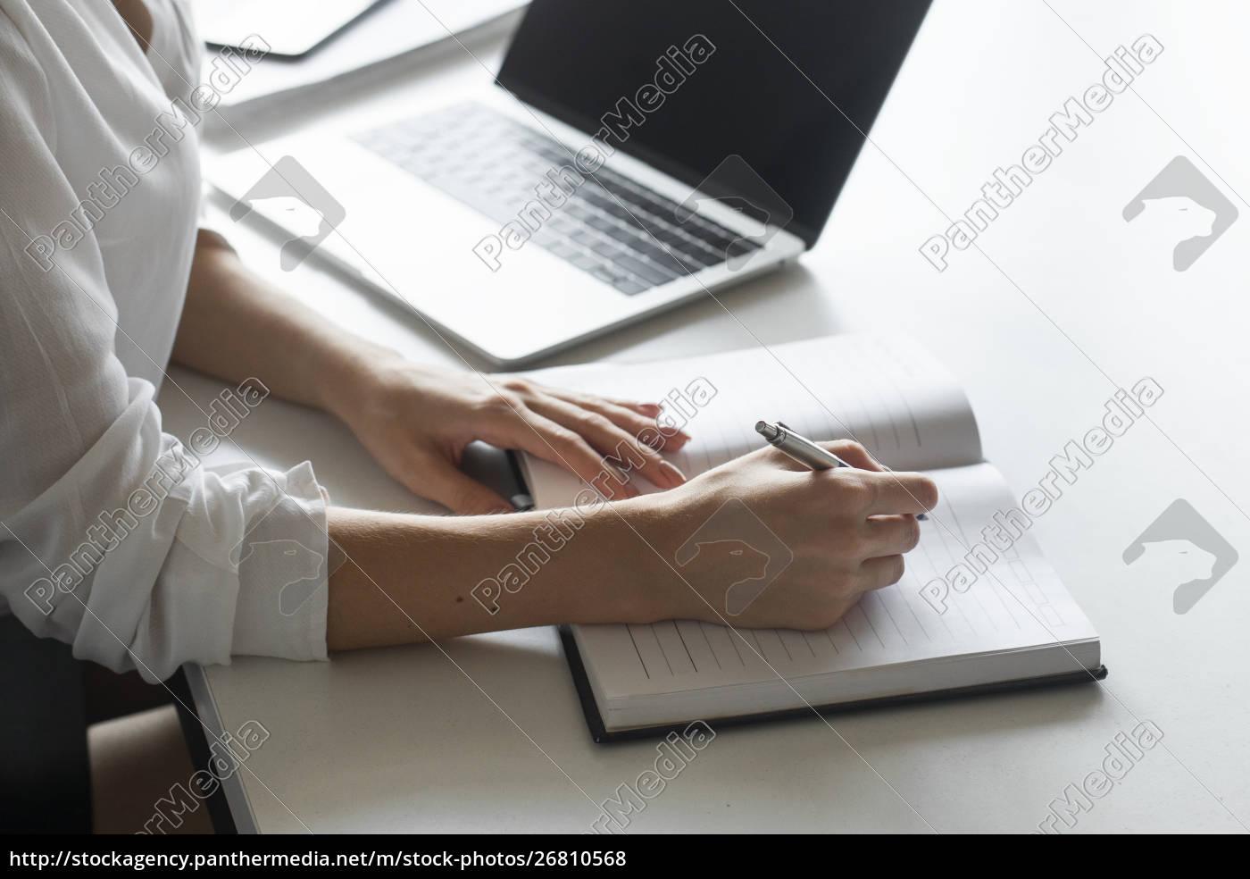 hand, der, jungen, geschäftsfrau, die, notizen, am - 26810568