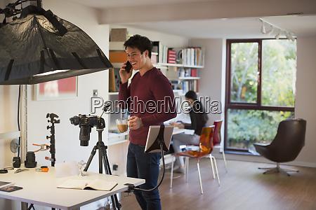 maennerfotograf im studio kaffeepause