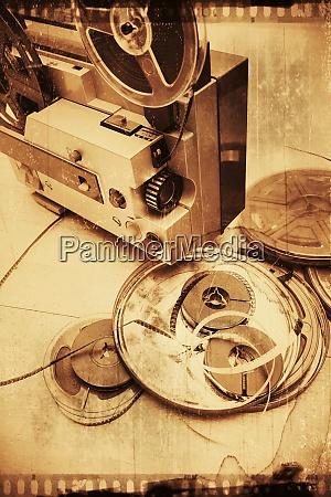 alte filmrollen auf einem holzboden