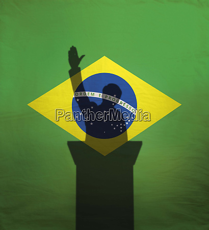 politiker mit erhobenem arm ueber brasilien