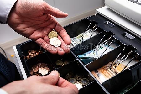 euro banknoten und muenzen in der