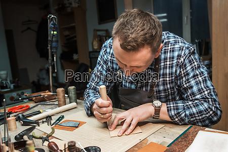konzept der handgefertigten handwerksproduktion von lederwaren