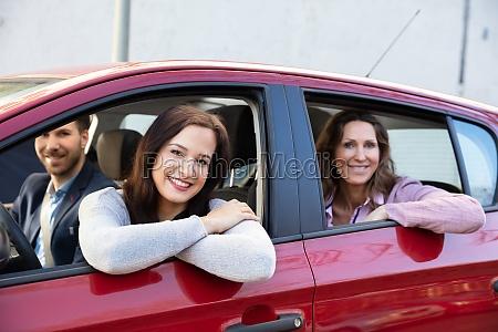 menschen sitzen im auto und schauen