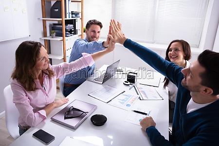 gruppe von geschaeftsleuten die high five