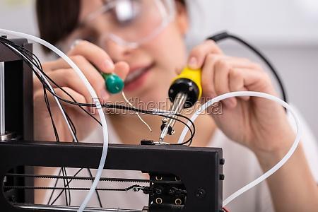 techniker traegt eine sicherheitsbrille