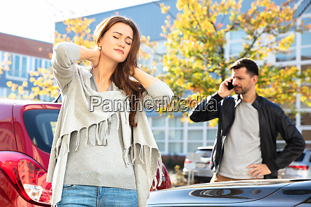 mann ruft nach autounfall um hilfe
