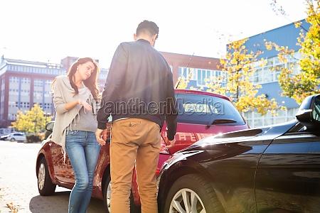 zwei autofahrer streiten nach autounfall
