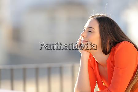 entspannte frau in orange meditiert mit