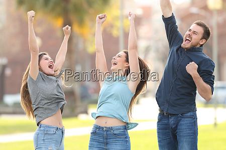 3 froehliche freunde springen feiern erfolg