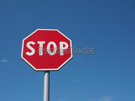 stopp schild blau himmel warnung zeichen