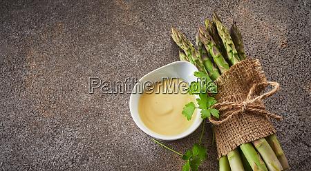 frische rohgruene spargelspeere mit mayonnaise