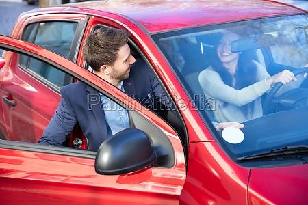 mann steigt ins auto