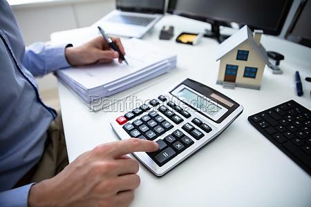 unternehmer berechnet grundsteuer