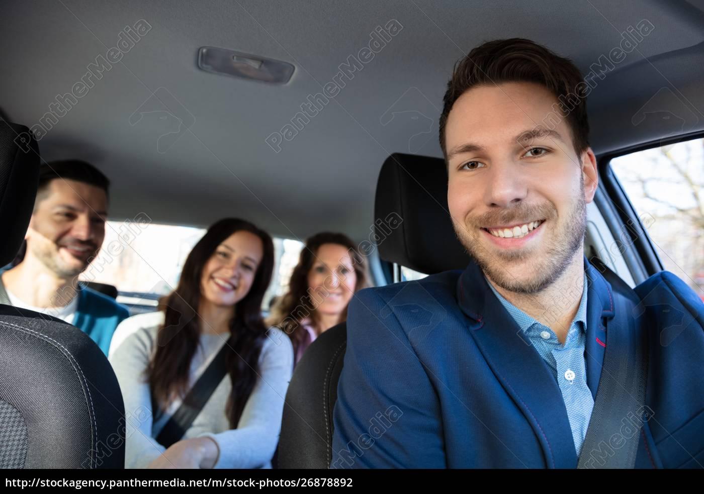 lächelnde, menschen, sitzen, im, auto - 26878892