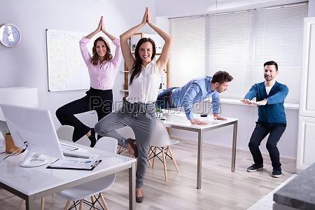 geschaeftsleute die yoga machen