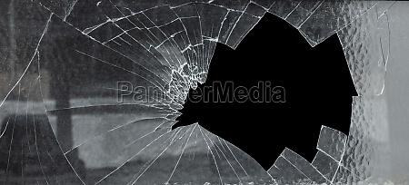 gebrochene cracked glas mit grossen loch