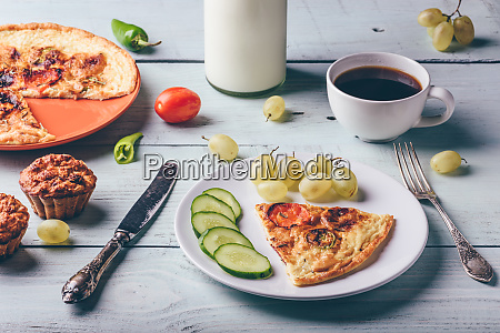 fruehstueck frittata mit kaffee trauben und