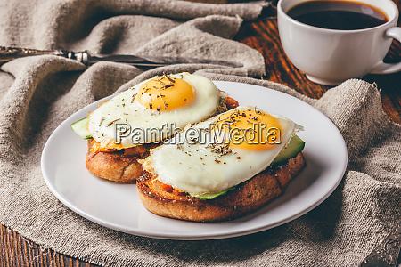 toasts mit gemuese und gebratene eier