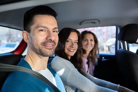 lächelnde, menschen, sitzen, im, auto - 26895793