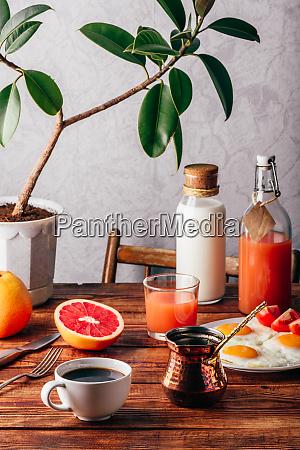 gesundes fruehstueck mit kaffee obst und