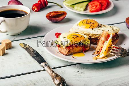sandwiches mit gemuese und spiegelei und