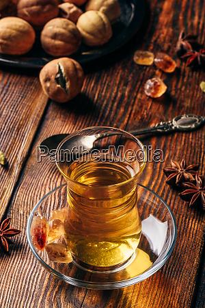 gewuerzte tees aus orientalischem glas