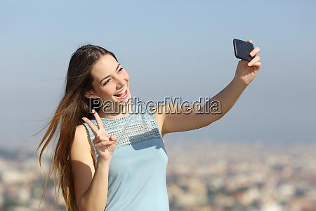 gluecklich millennial maedchen die selfies im