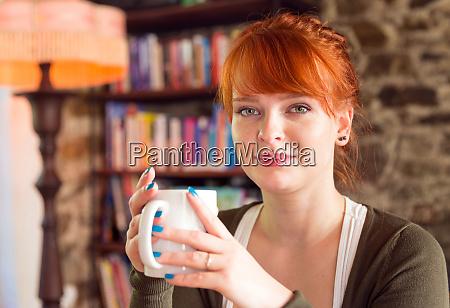 kaukasische frau die kaffee trinkt