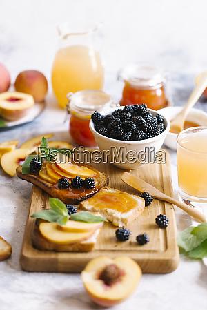 fruehstuecksaufstrich mit brombeeren pfirsichen toast und