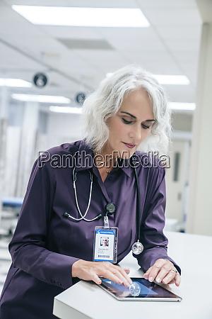arzt mit digitalem tablet im krankenhaus