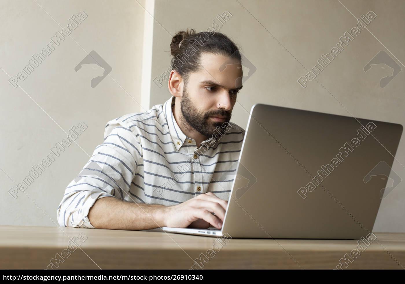 junger, geschäftsmann, mit, laptop - 26910340