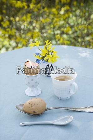 fruehstueckstisch mit esser dekoration im garten