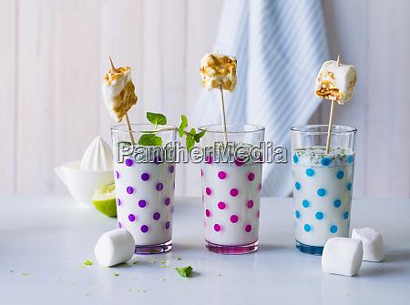 drei, gläser, buttermilchgetränk, mit, gerösteten, marshmallows - 26922466