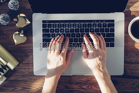 frauenhaende tippen auf laptop ansicht von