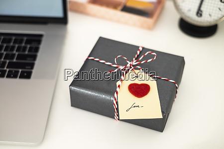 valentinstag geschenk auf bueroschreibtisch