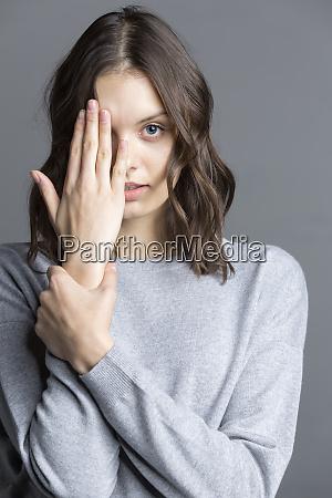portraet af brunette ung kvinde tilsloret