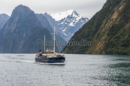 touristenboot im fiordland national park milford