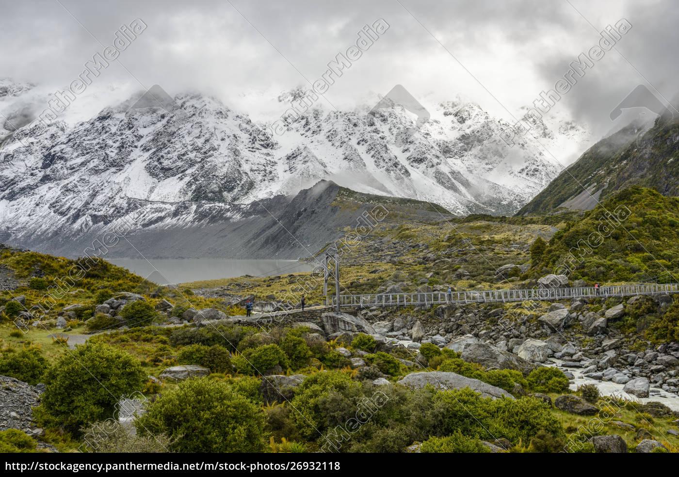schneebedeckte, berge, und, hängende, brücke, entlang - 26932118