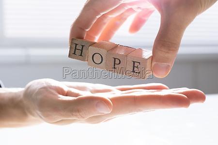 person die anderen menschen hoffnung gibt