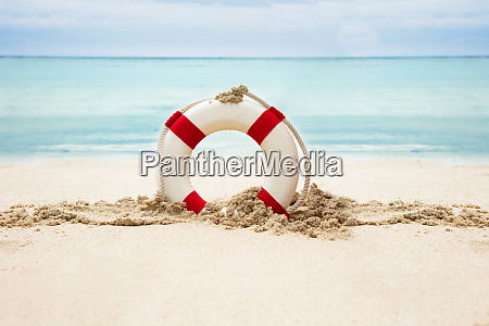 rettungsring am sandstrand in der naehe