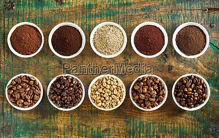 ordentliches stillleben aus verschiedenen kaffee und
