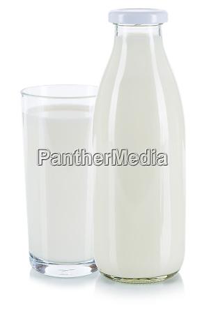 frischmilchglas und flasche isoliert