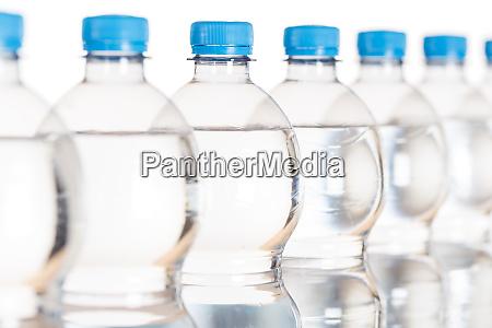 mineralwasserflaschen flaschen isoliert auf weiss