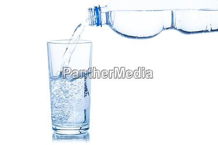 wasser das in glasflasche auf weiss