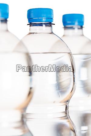 wasserflasche flaschen portraet format isoliert auf
