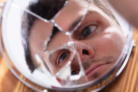 reflexion des gesichts eines mannes in