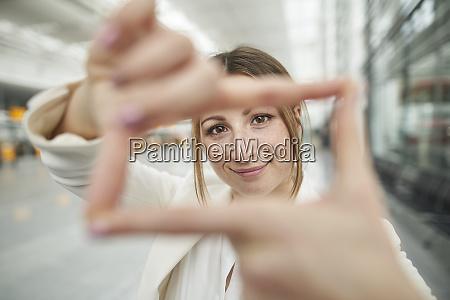 portraet einer laechelnden jungen geschaeftsfrau die