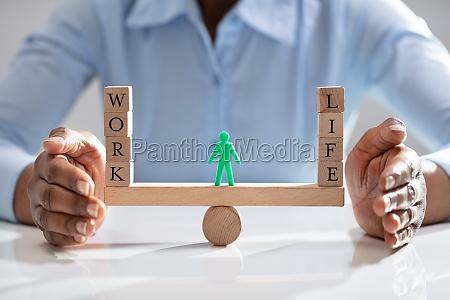 geschaeftsfrau schuetzt arbeit und lebensbalance