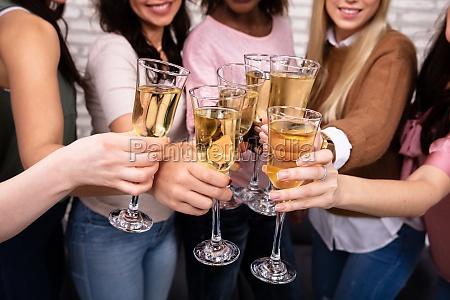 frauen feiern eine bachelorette party toasting